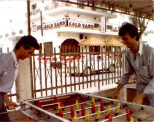 Ioannis beim Kickern mit Katerini